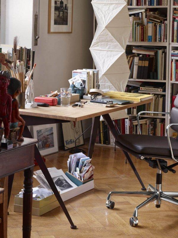 3223677_Soft Pad Chair EA 217, Compas Direction, Akari UF4-L8_P_abgedunkelt katalog Home Stories 2020_v_fullbleed_1440x