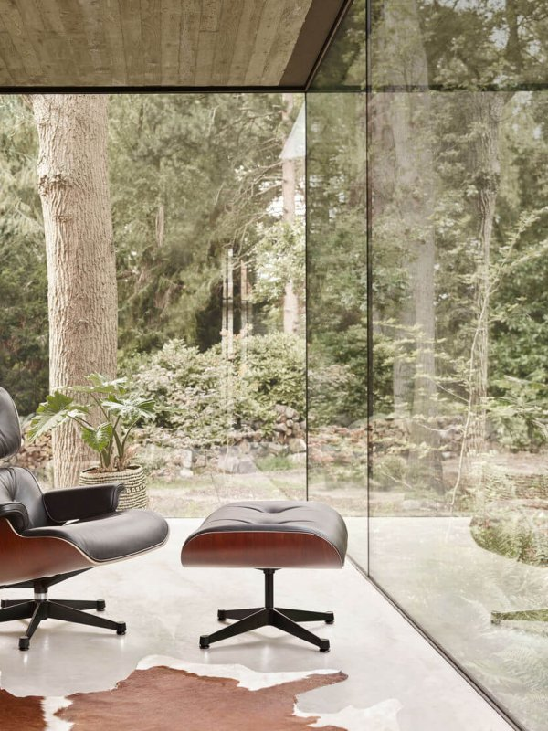 3944178_Eames Lounge Chair & Ottoman_black Base Occasional Table LTR_v_fullbleed_1440x